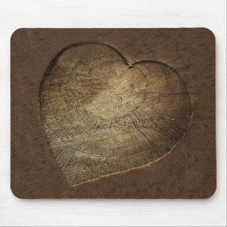 Rebanada tallada rústica del roble del corazón alfombrilla de ratón