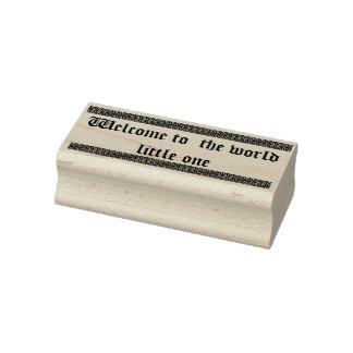 Recepción al pequeño un sello de goma del mundo