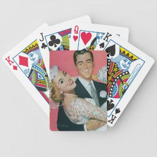 Recienes casados del boda del vintage, novia que baraja de cartas bicycle