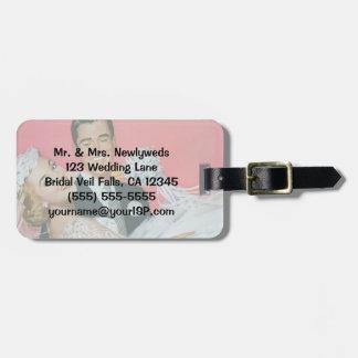 Recienes casados del boda del vintage, novia y etiqueta para maletas
