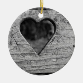 Recorte del corazón en madera adorno navideño redondo de cerámica