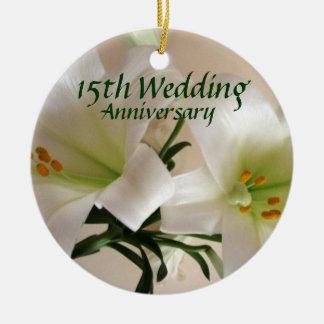 Recuerdo del aniversario del lirio adorno redondo de cerámica