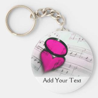 Reflexión rosada del corazón en partitura llavero redondo tipo chapa