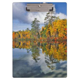 Reflexiones de la charca del otoño, Maine