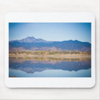 Reflexiones de la montaña rocosa de Colorado Alfombrillas De Ratones