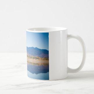 Reflexiones de la montaña rocosa de Colorado Taza Básica Blanca