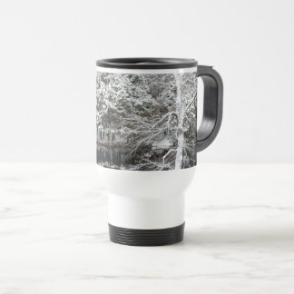 Reflexiones de la nieve en una taza del viaje