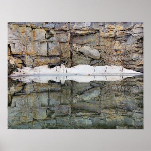 Reflexiones de la pared de la roca en naturaleza d posters