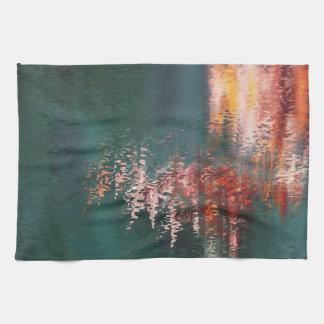 Reflexiones rojas en teatowel del extracto del toalla de cocina