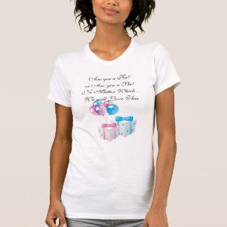 Regalos rosados y azules que cuentan con la camiseta