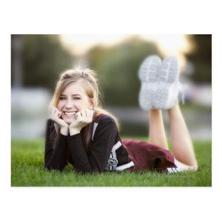 Relajación adolescente en hierba postal