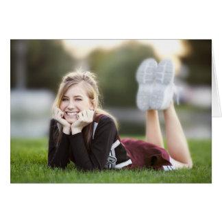 Relajación adolescente en hierba felicitación