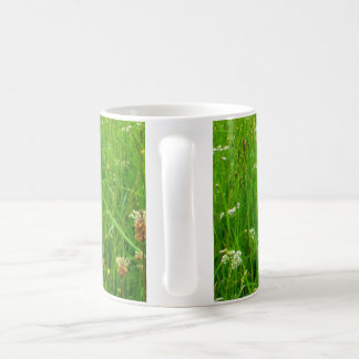 Relaje y mire el pasto verde taza