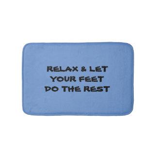 Relájese y deje los pies hacer la alfombra de baño