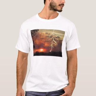 relámpago en la puesta del sol camiseta