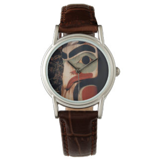 Reloj Alaska talló la foto de madera del tótem diseñada