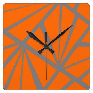 Reloj anaranjado y gris de los triángulos