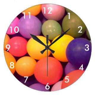 Reloj colorido de la fotografía del modelo del