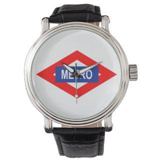Reloj con la placa del metro de Madrid