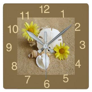 Reloj con las margaritas y los Seashells amarillos