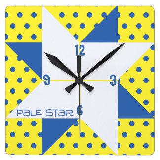 Reloj Cuadrado Bloque pálido amarillo y azul del edredón de la