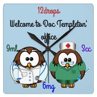 Reloj Cuadrado búho de la enfermera y búho del doc.