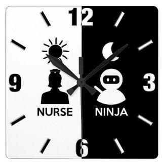 Reloj Cuadrado Enfermera por el día Ninja por noche