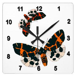 Reloj Cuadrado Formación de las polillas del leopardo en vuelo