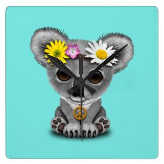 Reloj Cuadrado Hippie lindo de la koala del bebé