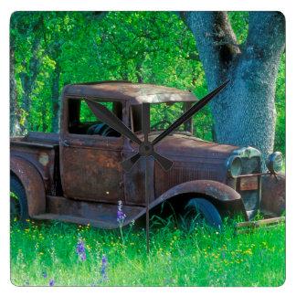Reloj Cuadrado La antigüedad aherrumbró camión en un prado