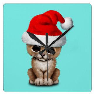Reloj Cuadrado León Cub lindo que lleva un gorra de Santa