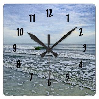 Reloj Cuadrado Mareas calmantes a lo largo de la costa de