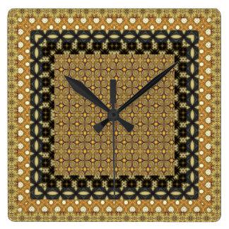 Reloj Cuadrado Oro imponente y adornos tejados negros