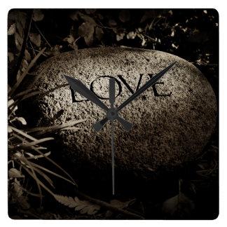 """Reloj Cuadrado Piedra tallada del """"amor"""" en sepia"""