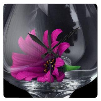Reloj Cuadrado Primer rosado de la margarita en una copa de vino