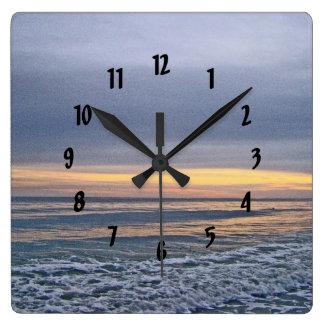 Reloj Cuadrado Puesta del sol divina a lo largo de la playa de la