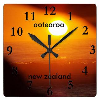 Reloj Cuadrado subida del sol de la costa este de Nueva Zelanda