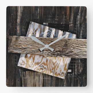Reloj Cuadrado Subido encima de ventana de madera vieja de la