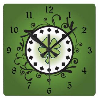 Reloj Cuadrado Trébol encantador y vides verdes e irlandés negro