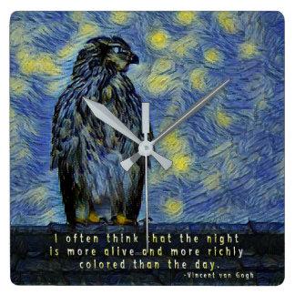 Reloj Cuadrado Un pájaro del halcón en un tejado en una noche