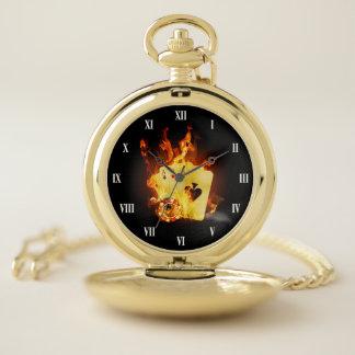 Reloj de bolsillo ardiente de tarjetas del póker