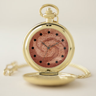 Reloj de bolsillo dorado del petroglifo
