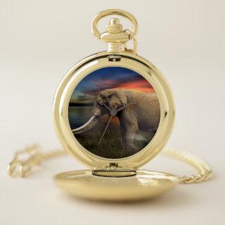 Reloj De Bolsillo El elefante hacia fuera en el animal de la sabana
