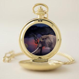 Reloj De Bolsillo Elefante hacia fuera en los llanos de la sabana