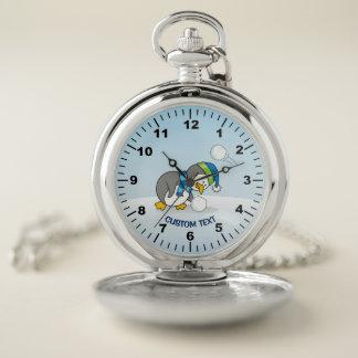 Reloj De Bolsillo Pequeño pingüino que consigue una bola de la nieve