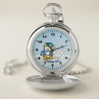 Reloj De Bolsillo Pequeño pingüino que se sienta con las bolas de