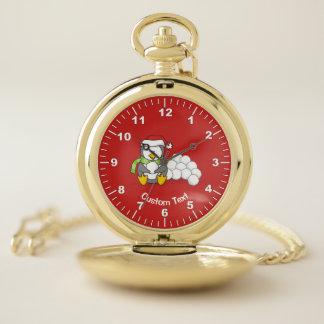 Reloj De Bolsillo Pingüino del navidad que se sienta con las bolas