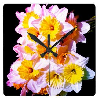 Reloj de pared amarillo del narciso de la