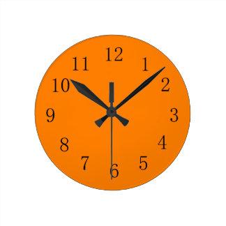Reloj de pared anaranjado profundo de la cocina