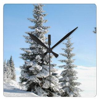 Reloj de pared de la escena de la nieve del árbol